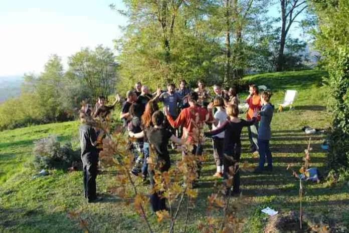 Corso di Permacultura della New School of Permaculture presso Tertulia. Credit https://i1.wp.com/www.tertulia.farm/wp-content/uploads/2016/03/new-school-permaculture09.jpg?resize=696%2C466