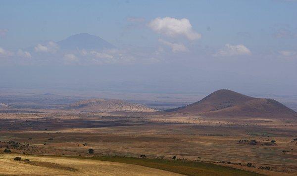 Uitzicht over landerijen en Mount Meru