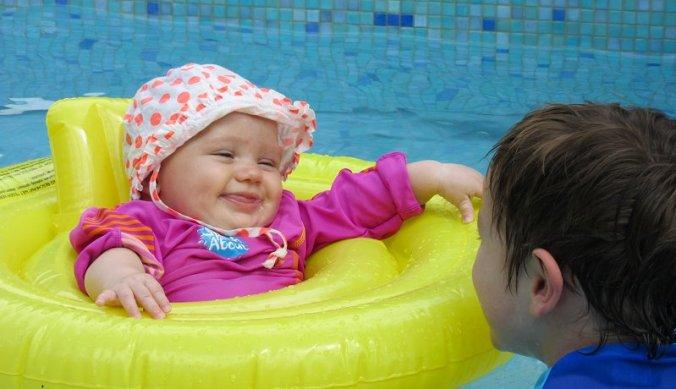 Julian en Lisan in het zwembadje