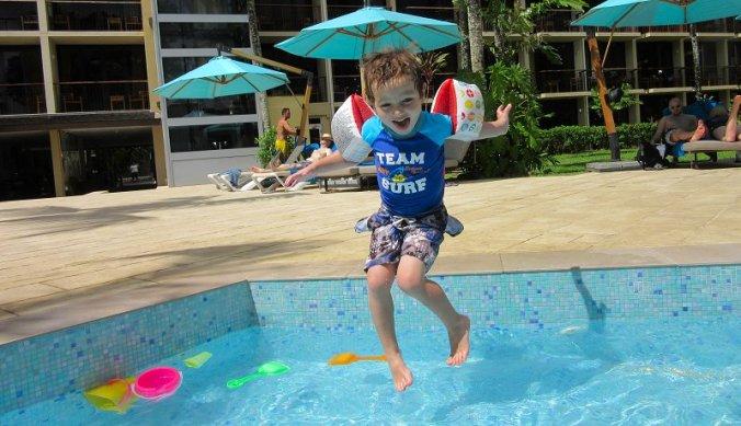Julian springt in het kinderbadje