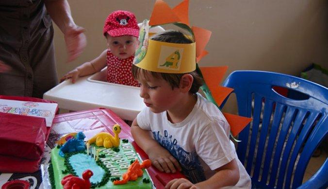Julian blaast de kaarsjes uit op zijn verjaardagsfeestje