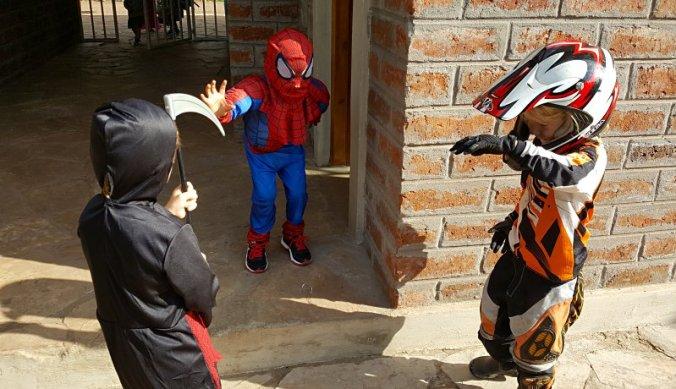 Julian viert Halloween op school met vriendjes