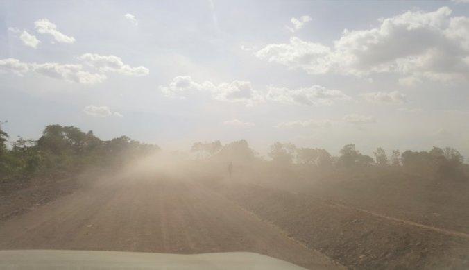 Mistige gloed van opgetrokken stof door maandenlange droogte in Tanzania