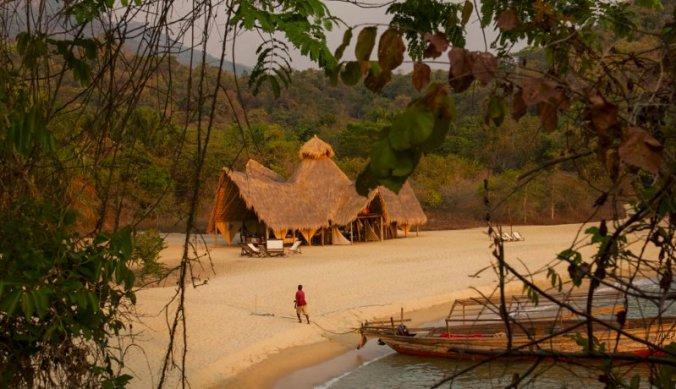 De Mahale Mountains met het witte zandstrand aan Lake Tanganyika
