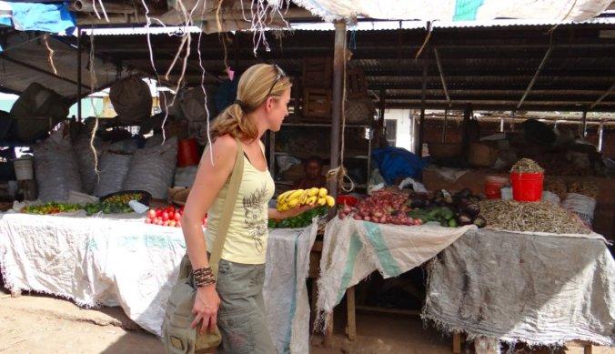 Inkopen doen op de lokale markt in Tanzania