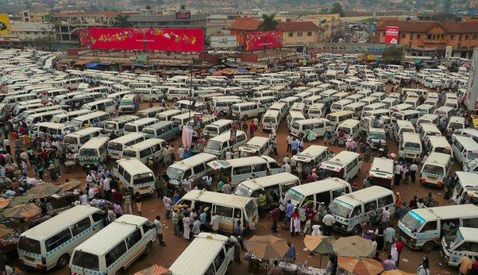 Matatu taxibusje parkeerplaats in Kampala