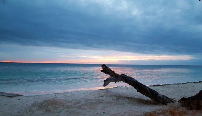 Zonsondergang op strand van Michamvi Sunset Bay