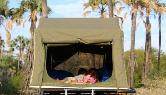 Julian en Juliana herenigd - samen filmpje kijken in de tent