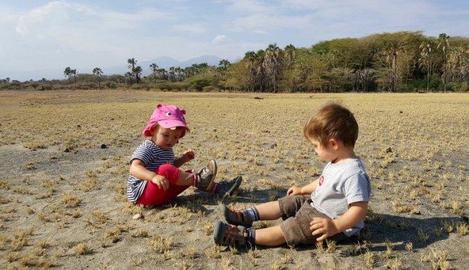 Samen op de ruige vlakte van Lake Eyasi