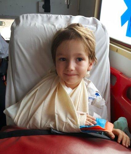 Met gebroken arm in de ambulance