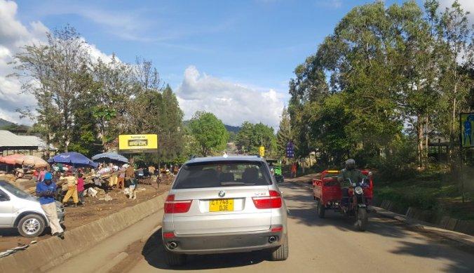 Auto BMW X5 op de weg in Arusha