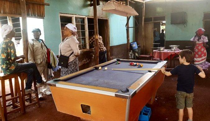 Poolen in het lokaal restaurantje Micasa-es-sucasa in Mto wa Mbu