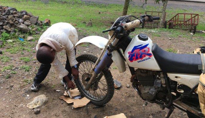 Banden plakken van de motor langs de weg in Arusha