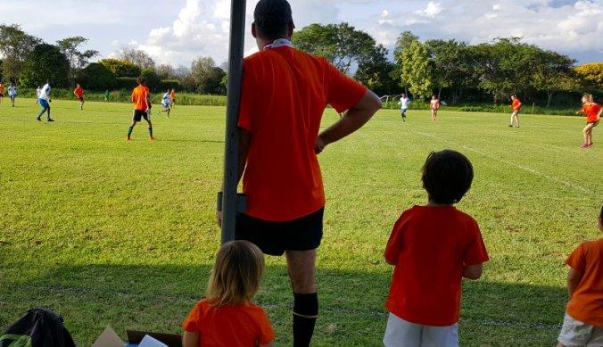Voetbalwedstrijd Nederland tijdens het Oranjefeest in Arusha