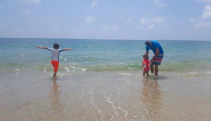 Spelen in de ruige branding van de Indische Oceaan