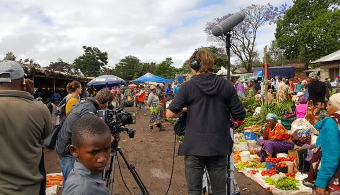 Waar is de Mol filmen op de markt in Arusha Tanzania