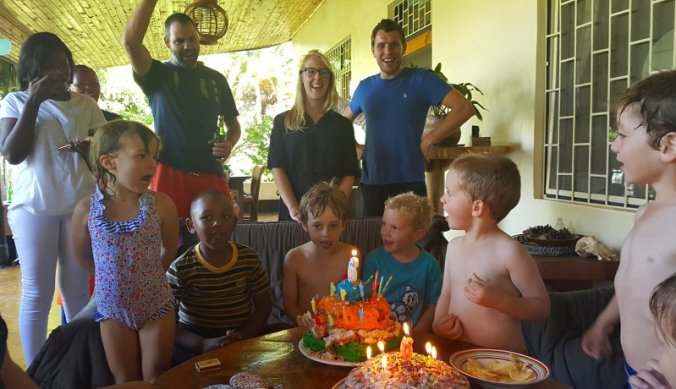 Zesde verjaardag met feest en taart