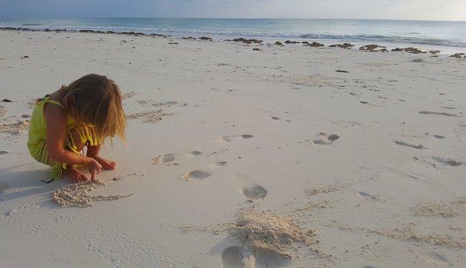 Tekenen in het zand op het strand Zanzibar