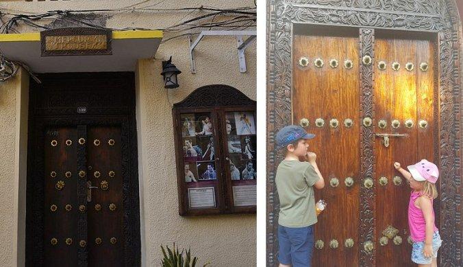 Kloppend op de bewerkte deuren in Stone Town Zanzibar