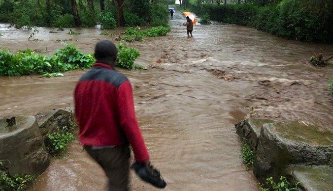 Weg overstroomd door heftige regen in Tanzania