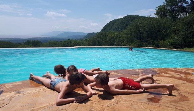 Opwarmen op de tegels bij het zwembad van Migombani Camp