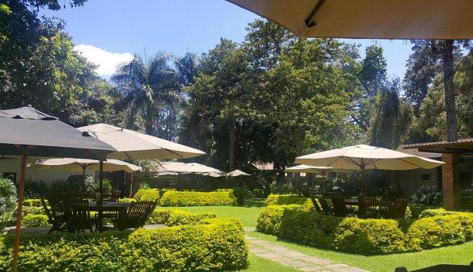 Leeg restaurant van Arusha Coffee Lodge tijdens corona