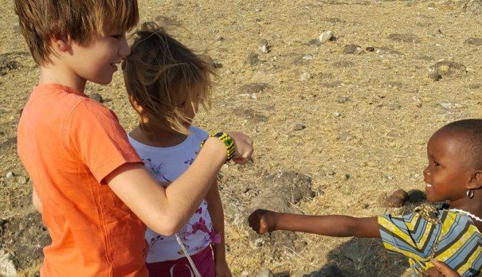 Boks begroeting met Maasai kinderen bij Lake Natron