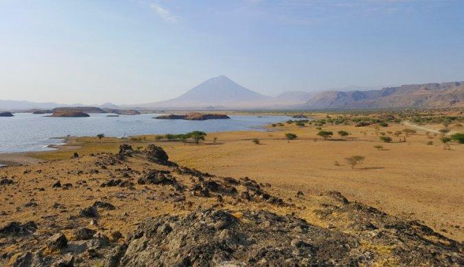Het ruige landschap van Lake Natron en Ol Doinyo Lengai