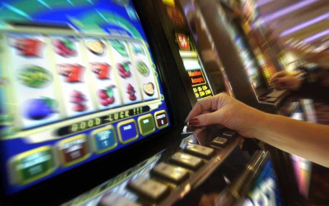 Acilia, mentre gioca alle slot le rubano 2800 euro: insegue i ladri che l'aggrediscono