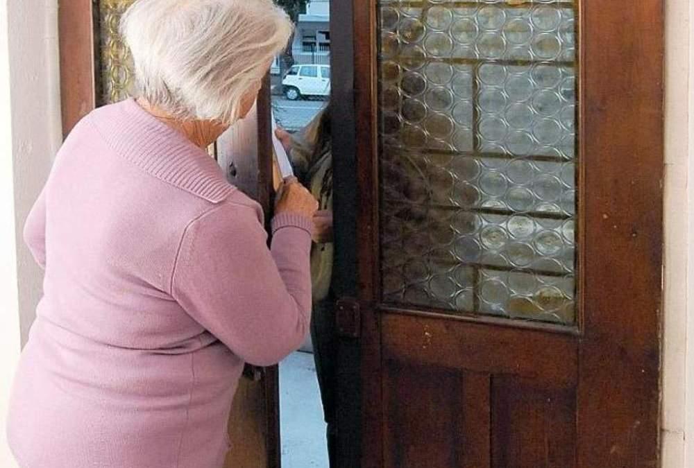Ladispoli, si fingono operatori del gas e derubano un anziano