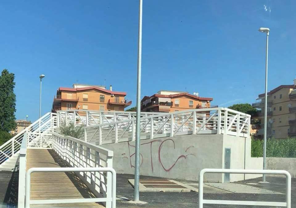 """Scritta sul Ponte della Scorta, Grando: """"Imbecilli in azione"""""""