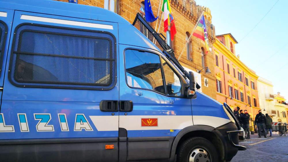 Cerveteri, Polizia in tenuta antisommossa per la questione bandiera della pace