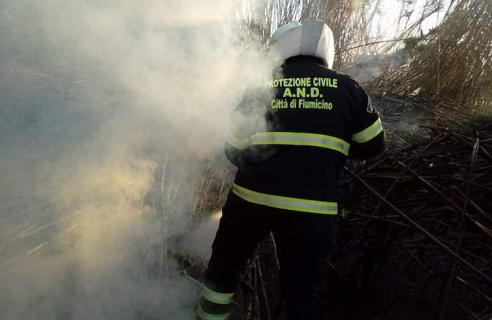 Fiumicino, incendio a Fiumara Grande: in fiamme area di canneto e sterpaglie