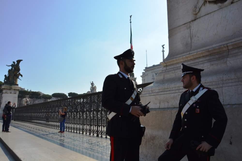'Pediluvio' nella fontana del Vittoriano e drone in volo al Colosseo: turisti pizzicati dai carabinieri