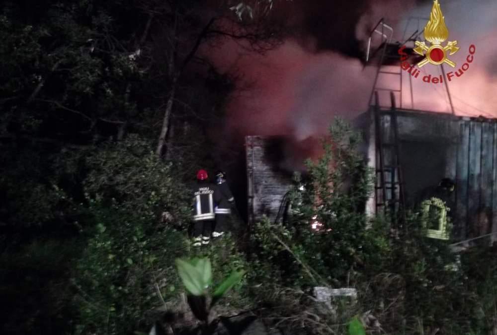 Incendio a Civitavecchia, in fiamme ex rimessaggio
