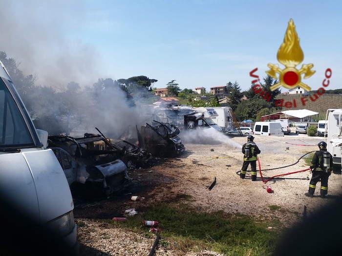 Incendio a Finocchio: brucia camper in un rimessaggio