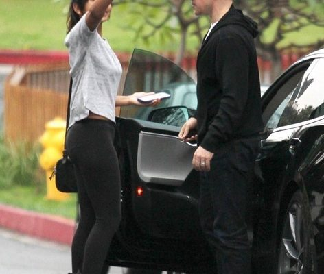 Figlia_matt-damon-lets-step-daughter-drive-his-tesla-model-s-to-a-party-then-takes-the-wheel_2