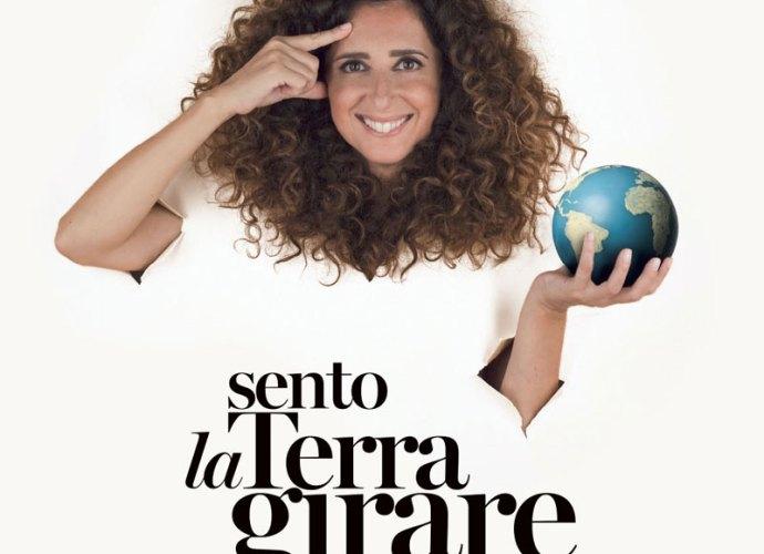 Teresa-Mannino-Sento-la-terra-girare-locandina-copertina
