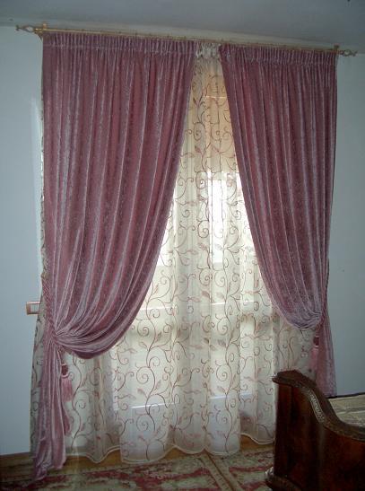 I tessuti delle mantovane classiche sono spesso drappeggiati o arricciati. Tende Con Palo