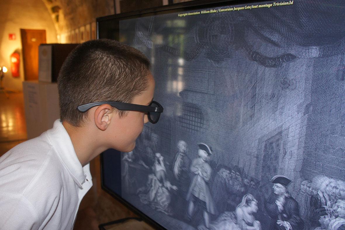 Un enfant découvre la 3D