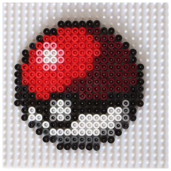 modèle pokeball en perles hama