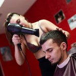 Salão russo usa cabeleireiras nuas para atender clientes