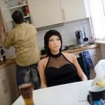 Fotógrafa registra relação de homem e sua boneca inflável
