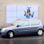 Outdoor interativo ajuda você a estacionar o carro