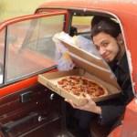 """Russo """"se casa"""" com pizza por achar relacionamento humano muito complicado"""