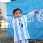Criança afegã que fez camisa do Messi com sacola plástica ganha 2 autografadas pelo jogador