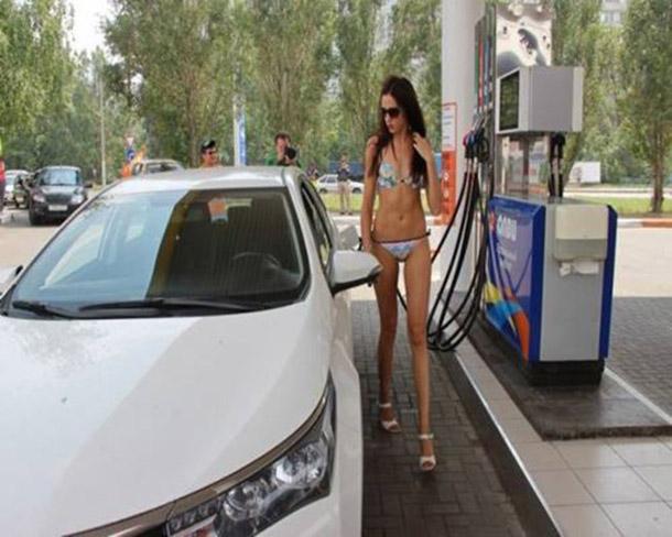 Posto na Russia oferece gasolina de graca para mulheres de biquini (10)