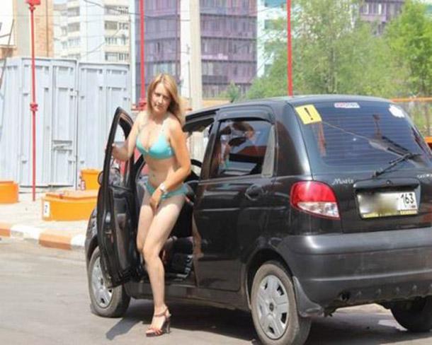 Posto na Russia oferece gasolina de graca para mulheres de biquini (11)
