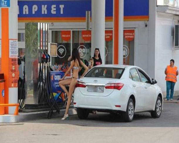 Posto na Russia oferece gasolina de graca para mulheres de biquini (13)
