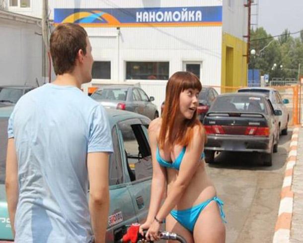 Posto na Russia oferece gasolina de graca para mulheres de biquini (6)